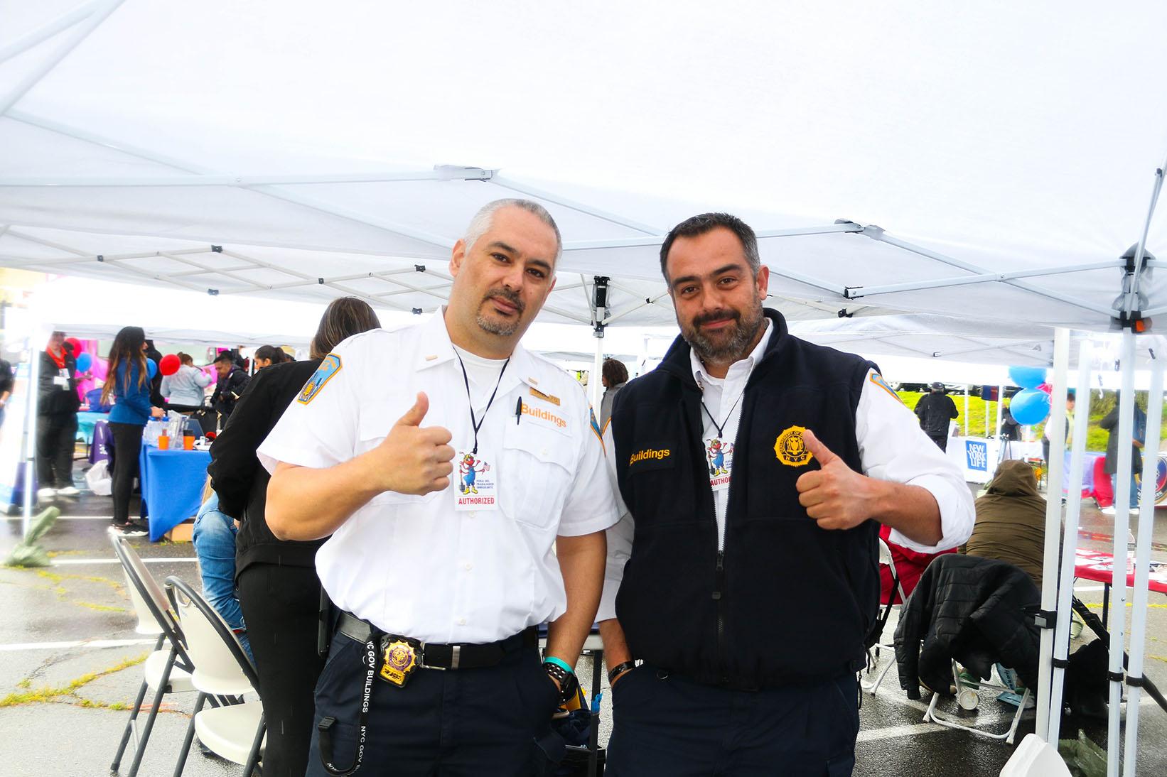 Miembros del Departamento de Edificios de la Ciudad de Nueva York en la Feria del Trabajador Inmigrante.